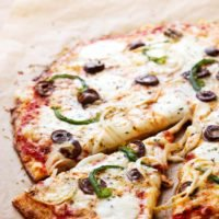 Low-carb cauliflower pizza with green bell peppers and olives